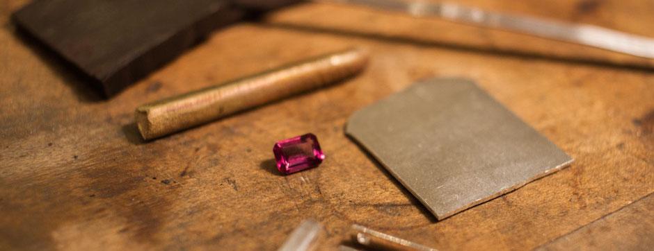 Bild: Rohmaterialien für die Herstellung von Manschettenknöpfen mit Rhodolith, Gold, Silber und Ebenholz