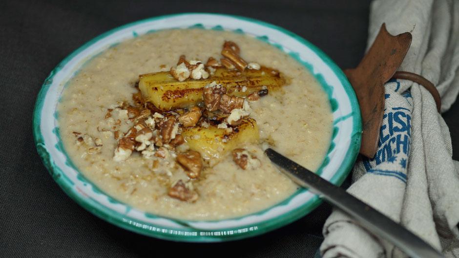 Porridge mit Banane und Pecan-Nüssen