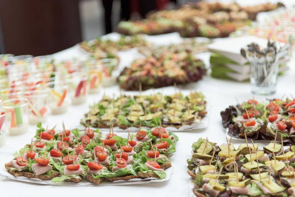 Frische Häppchen am Flying Buffet, Brot mit Salat und Tomaten