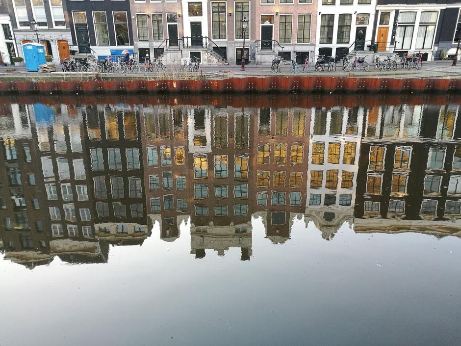 Tijd voor reflectie in Amsterdam. Foto: Peter Bijl