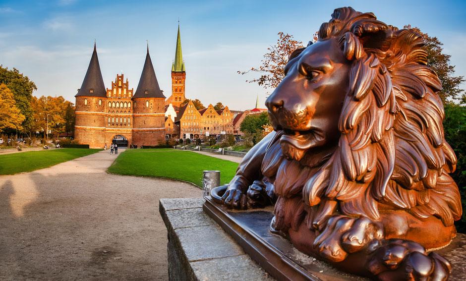 Adobe Stock / EKH-Picture / Das Holstentor, een oude stadspoort in Lübeck. Ooit was deze Noord-Duitse provinciestad de belangrijkste schakel in het netwerk van Hanzesteden