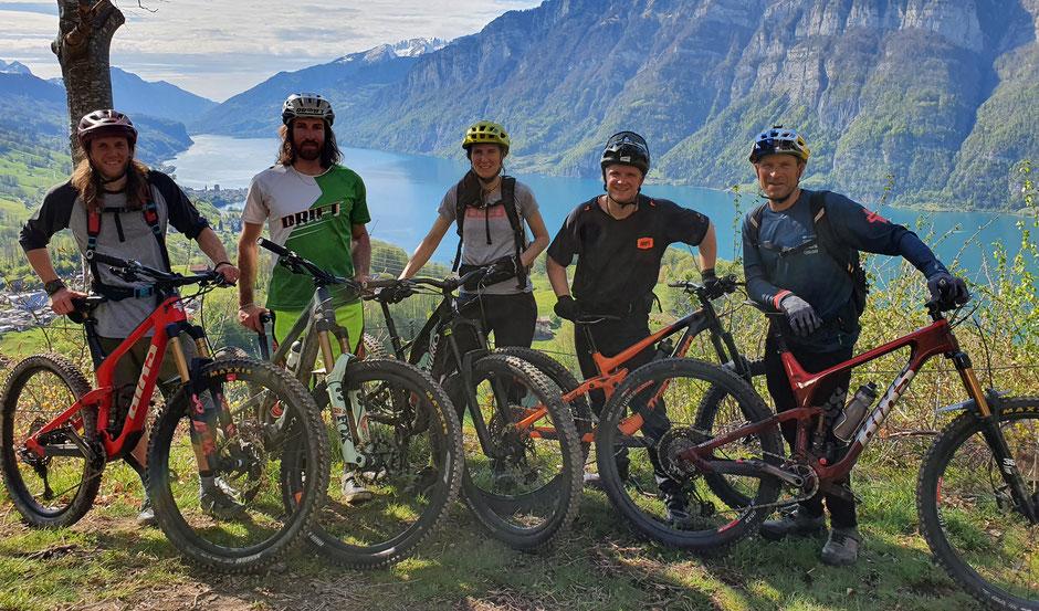 BikerGuides v.l.n.r.: Urban Engel, Mirjan Plaku, Damiana Gehrig, Andres Bickel und René Wildhaber. Auf dem Bild fehlt: Stephan Fischer.