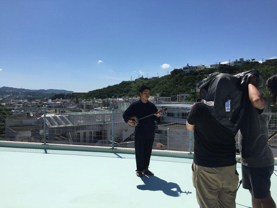 沖縄の灼熱の太陽の下 Jimdoユーザーストーリー撮影 みなみ三線店