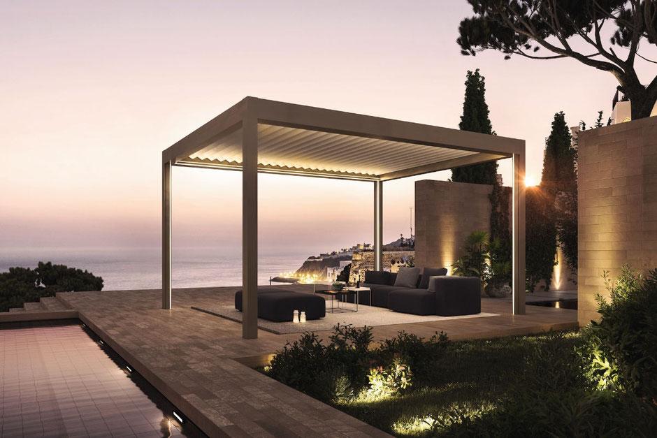 Lamellendach auf einer Terrasse am Meer