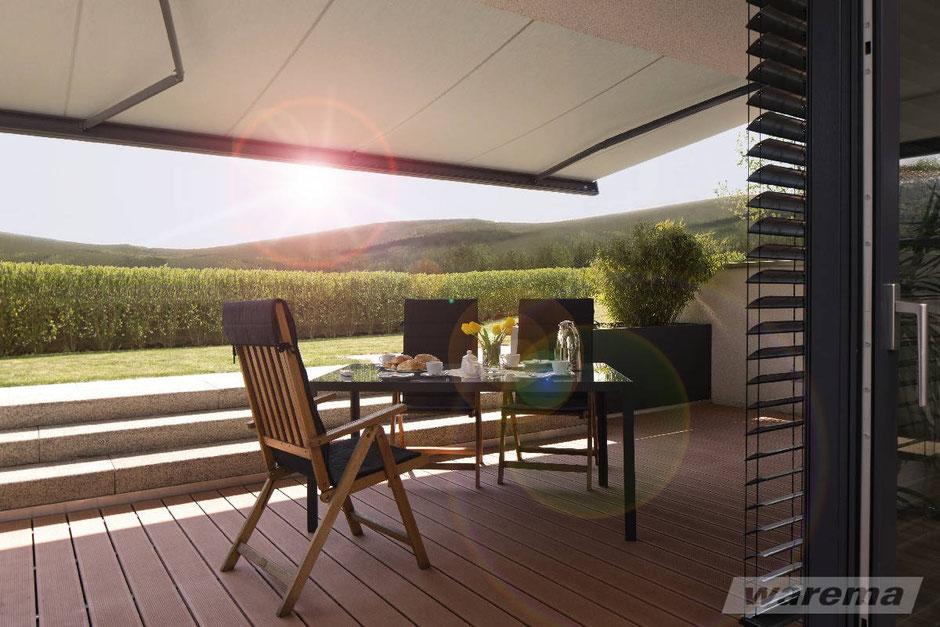 Wunderschöne Terrasse mit Warema Markise im Sonnenuntergang