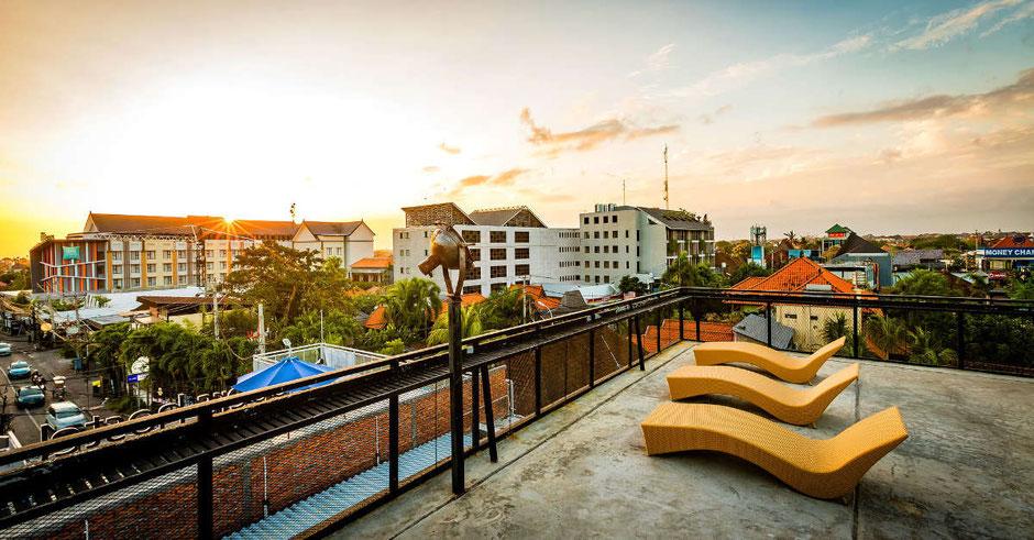 Dachterrasse in der Stadt mit Sonnenuntergang