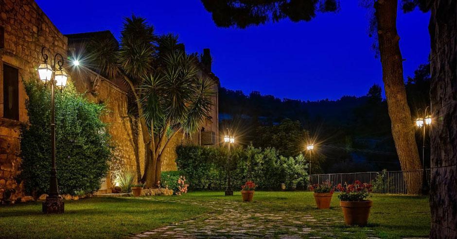 Gartenbeleuchtung mit Lampen in der Nacht