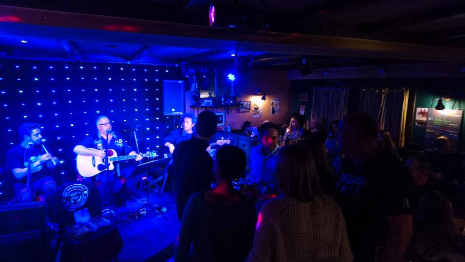 singen Ihre Drinking Songs. Das zahlreich erschienene Publikum antwortet mit Singen - Stampfen - Klatschen........Ein Hammer Abend :)