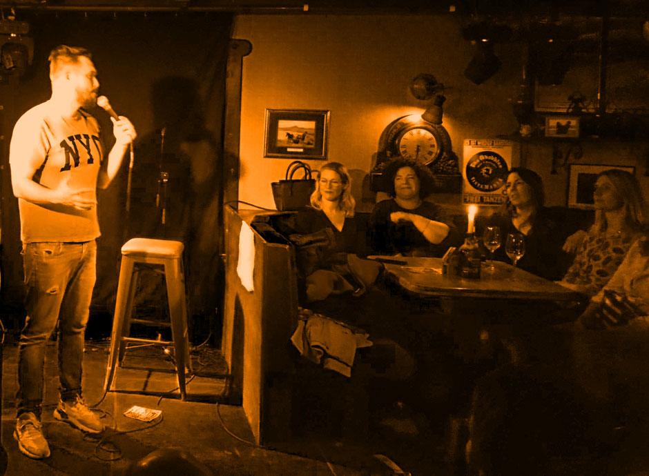 Alan Henderson der Stand-Up-Comedian gibt seine Premiere im Black Horse Inn. Wir freuen uns auf mehr.