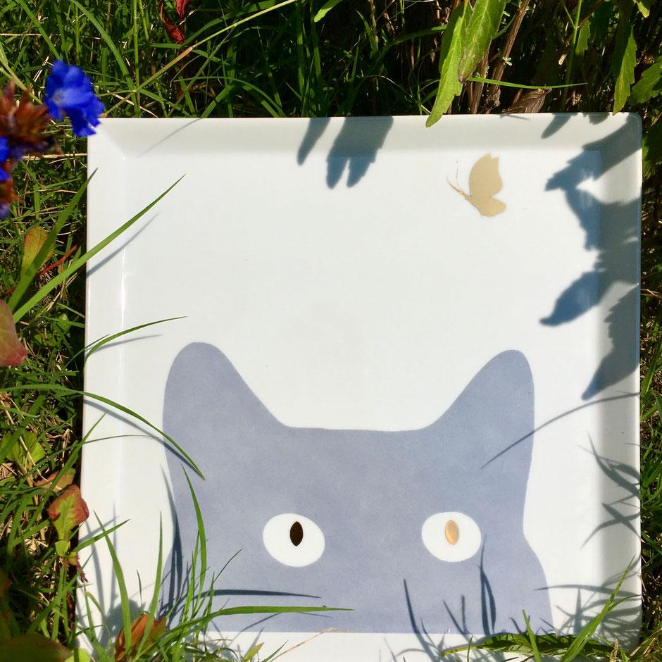 Nara Porcelaine peinte à la main - Chat curieux Plateau carré Curieux papillon