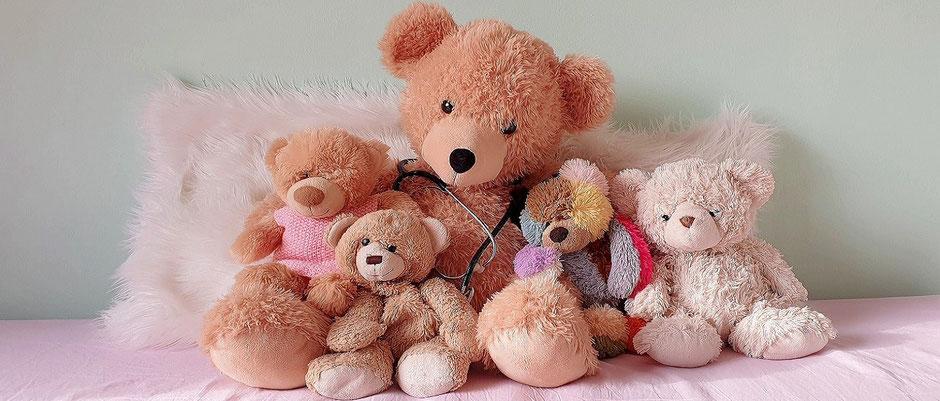 Auf dem Foto sind eine Reihe von Teddies zu sehen. Häufig kommen Kinder mit wiederkehrenden Erkältungskrankheiten oder auch Mittelohrentzündungen zu mir in die Homöopathie Praxis in Hamburg.