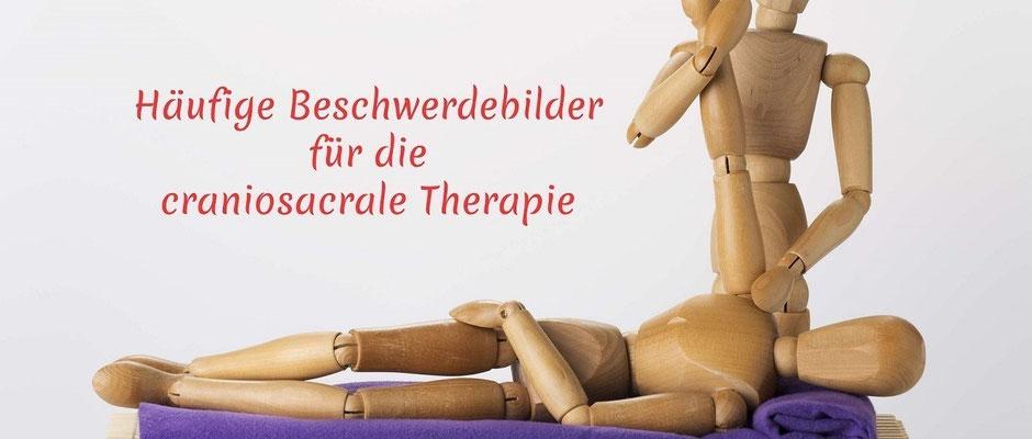 Das Foto zeigt die Schulterbehandlung mit craniosacraler Therapie. Erkrankungen der Schulter sind u.a. Frozen Shoulder und Impingement-Syndrom.