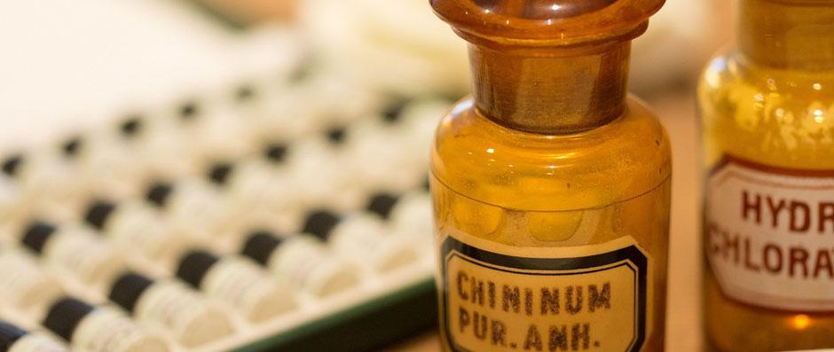 Der Chinarindenversuch von Dr. Samuel Hahnemann gilt als die Geburtsstunde der Homöopathie. Auf dem Bild sind Globulifläschchen und Chinarindenurtinktur zu sehen.