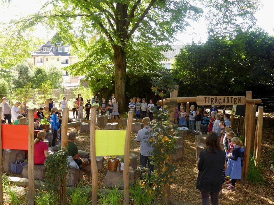 Hinsbeckschule in Essen-Kupferdreh freut sich über neue, mutlifunktionale Gartenarena. Grünes Klassenzimmer