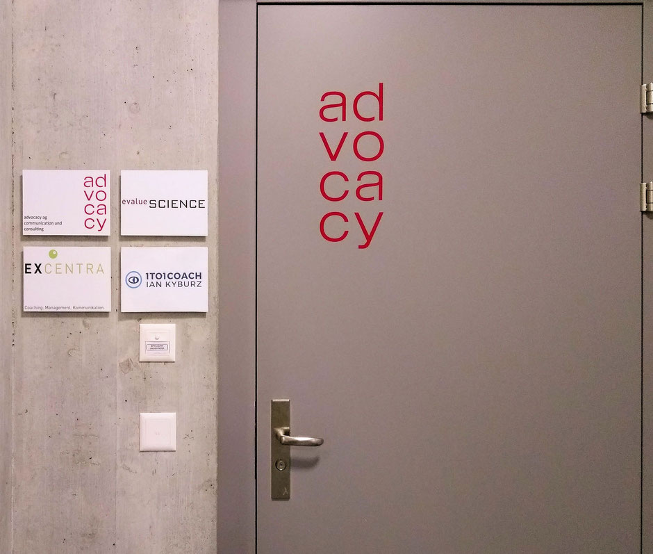 Eingangstüre im 4. Stock: advocacy.ch, evaluescience.com, excentra.ch und 1to1coach.ch