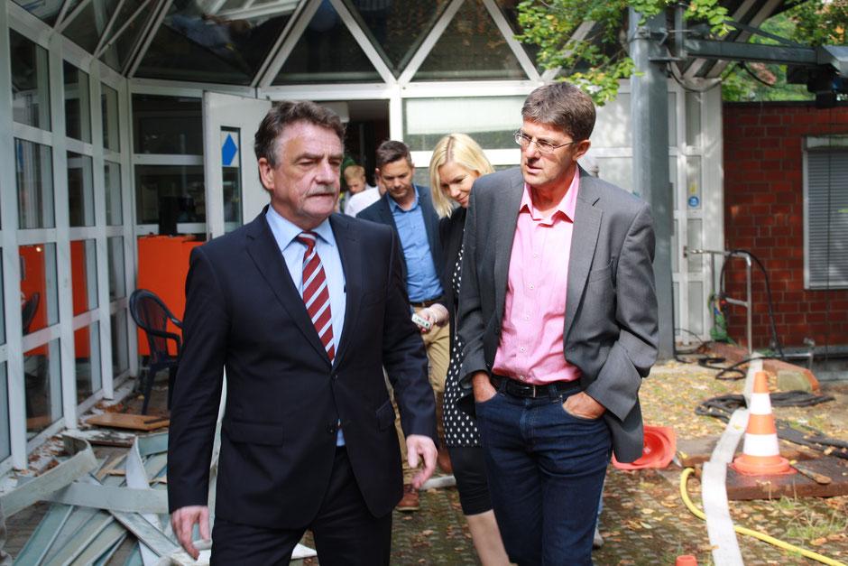 6. August 2014: Thomas Marquardt schaut sich zusammen mit NRW-Bauminister Mike Groschek das durch den Starkregen zerstörte Bürgerhaus in Münster-Kinderhaus an