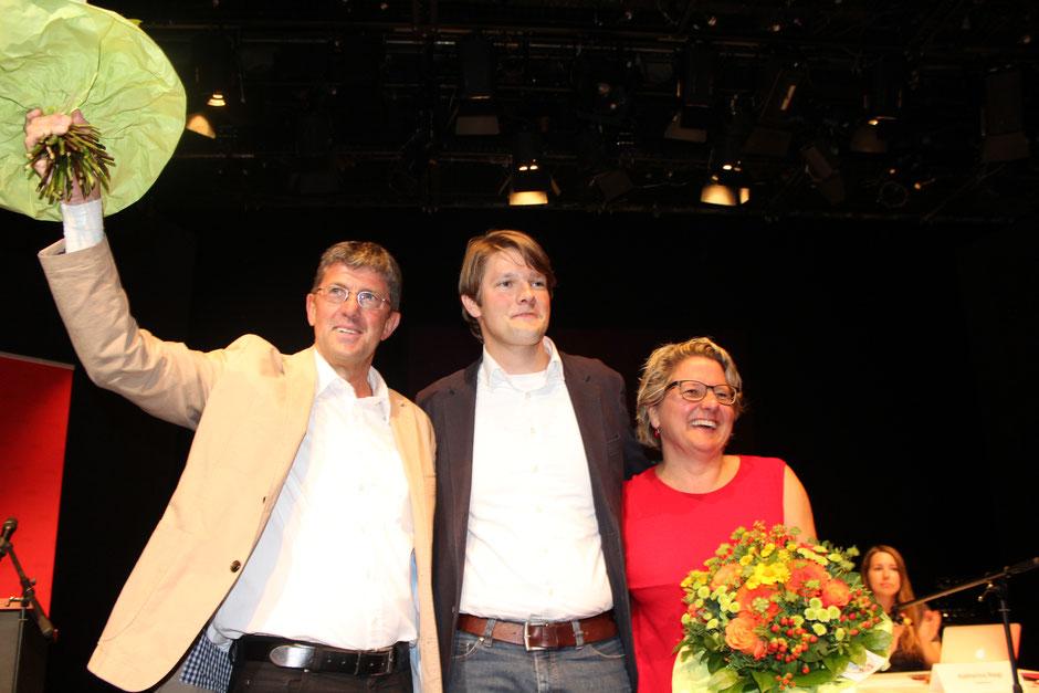 Thomas Marquardt und Svenja Schulze freuen sich zusammen mit SPD-Parteichef Robert von Olberg über die tollen Ergebnisse
