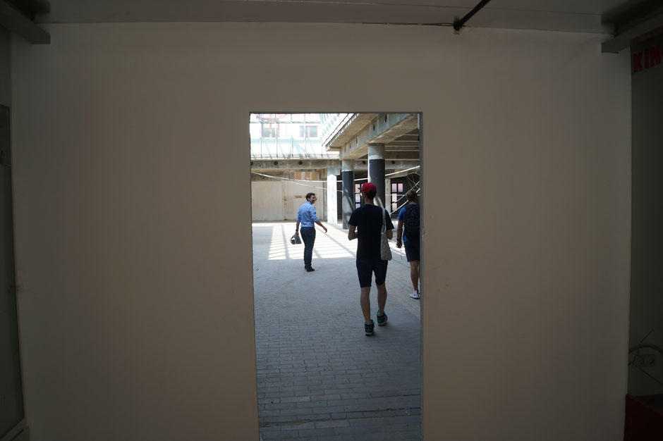 Eingang des City Centers mit Marcus Geregele