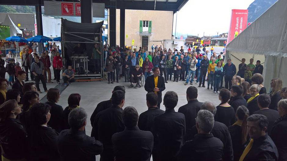 Der «Gospelchor Uri» auf dem Festplatz Depot mit viel Hintergrund-Lärm