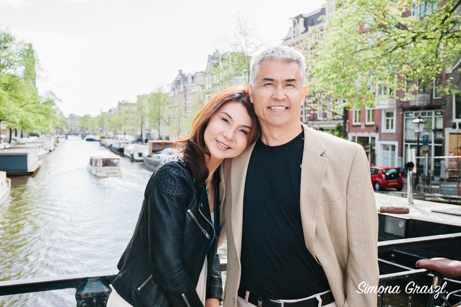 hug on a bridge on the Keizersgracht Amsterdam
