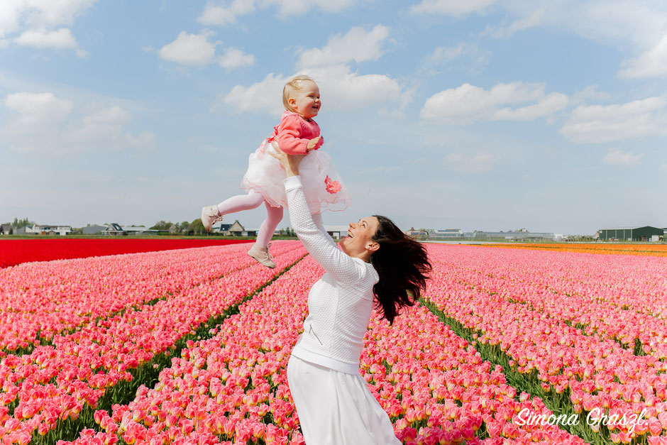 mama pregnant with baby in the flower fields Voorhout
