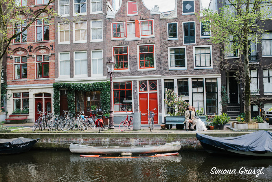 Amsterdam houses with couple at a photoshoot