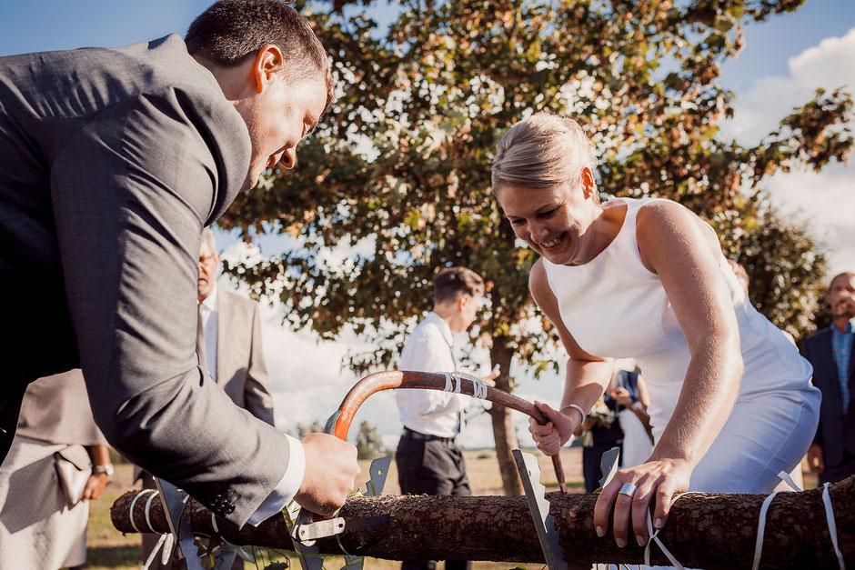 Hochzeitstradition Baumstamm sägen