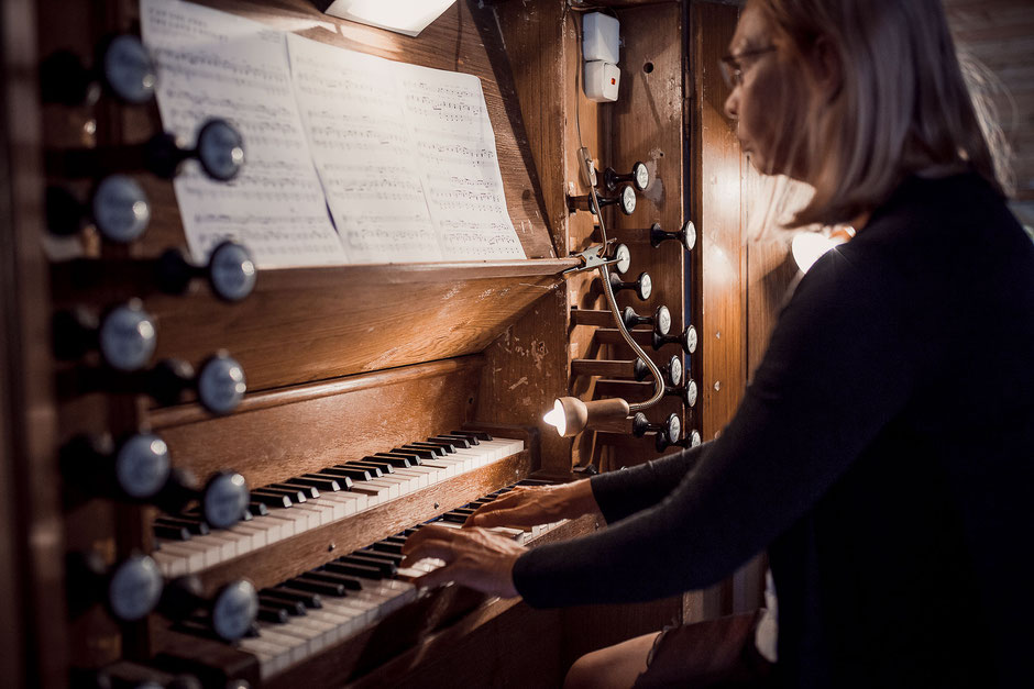 Orgelspielerin bei einer Hochzeit