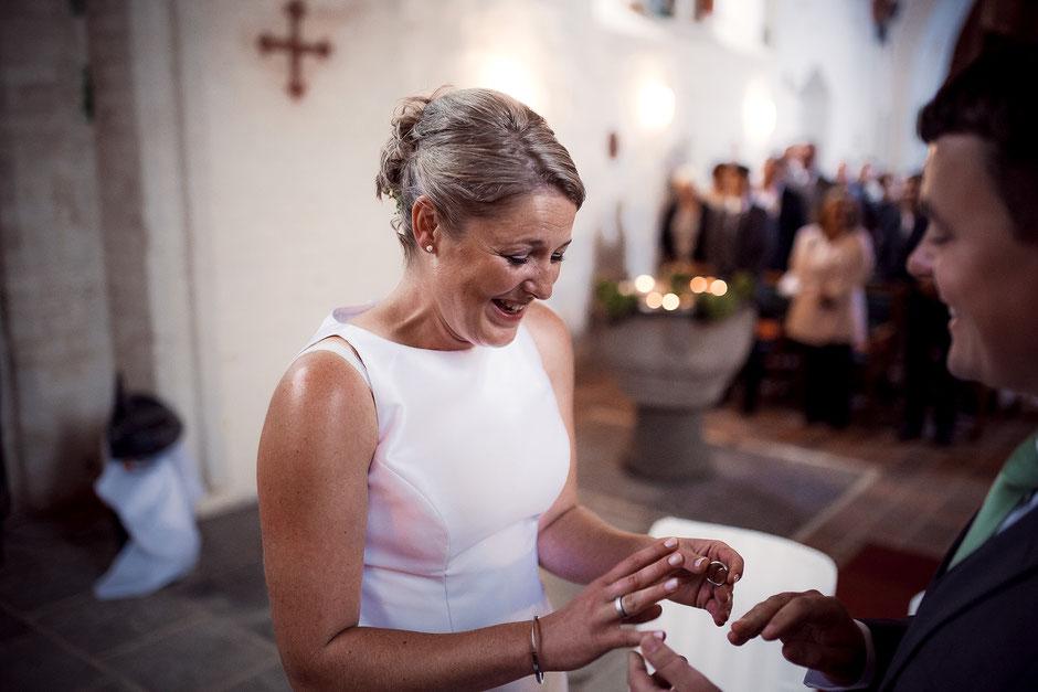 euphorische Braut bei der Ringübergabe