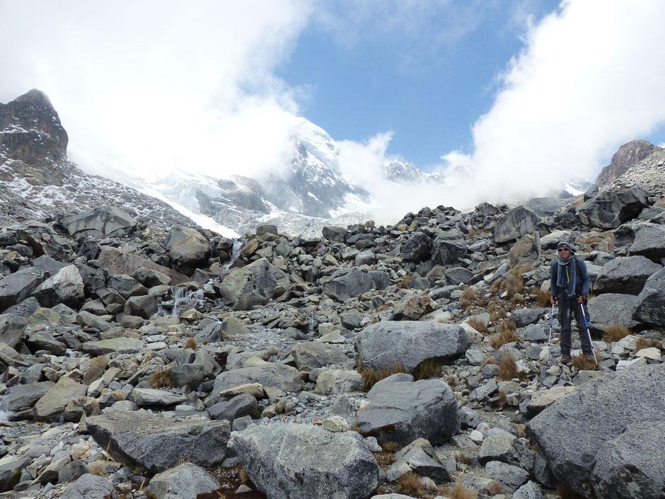 En redescendant du glacier, que l'on peut apercevoir au fond !