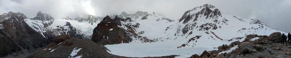 """Panorama de la lagune de """"Los Tres"""" au pied des tours du Fitz Roy qui elles sont cachées par les nuages"""