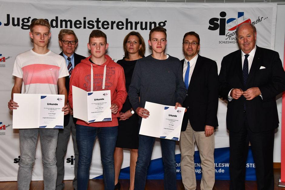 (vlnr) Luca Vogel, Hans-Jakob Tiessen (Präsident LSV), Leon Werner, Gyde Opitz (Abteilungsleiterin Sparkassen- und Giroverband), Tim Vogel, Matthias Hansen (Vorsitzender sjsh), Hans-Joachim Grote (Innenminister SH).