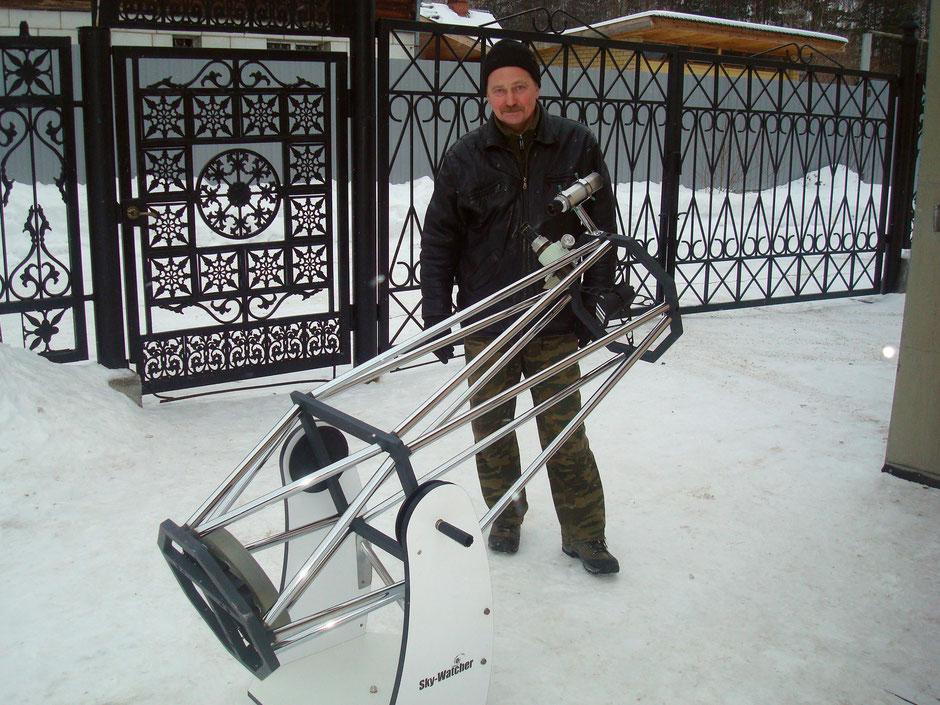 Андрей Летовальцев и изготовленный им телескоп системы Ньютона с диаметром зеркала 300 мм.