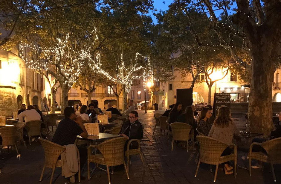 Uzès - der Place aux Herbes an einem Abend Ende Oktober ...