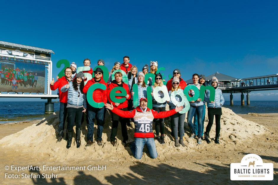 Unsere prominenten Gäste präsentieren die Spendensumme der Firma Cellagon © ExperiArts Entertainment - Stefan Stuhr