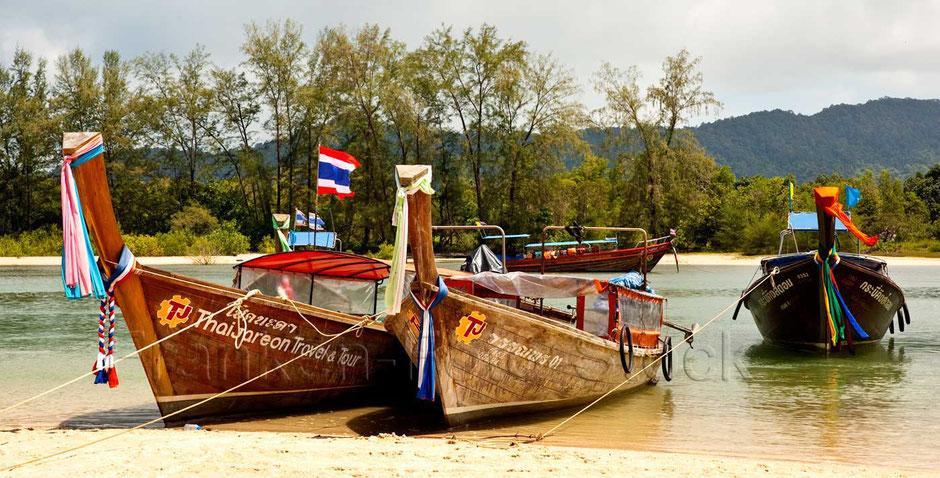 THAILAND Fischerboote am  Ao Nang Beach, Krabi