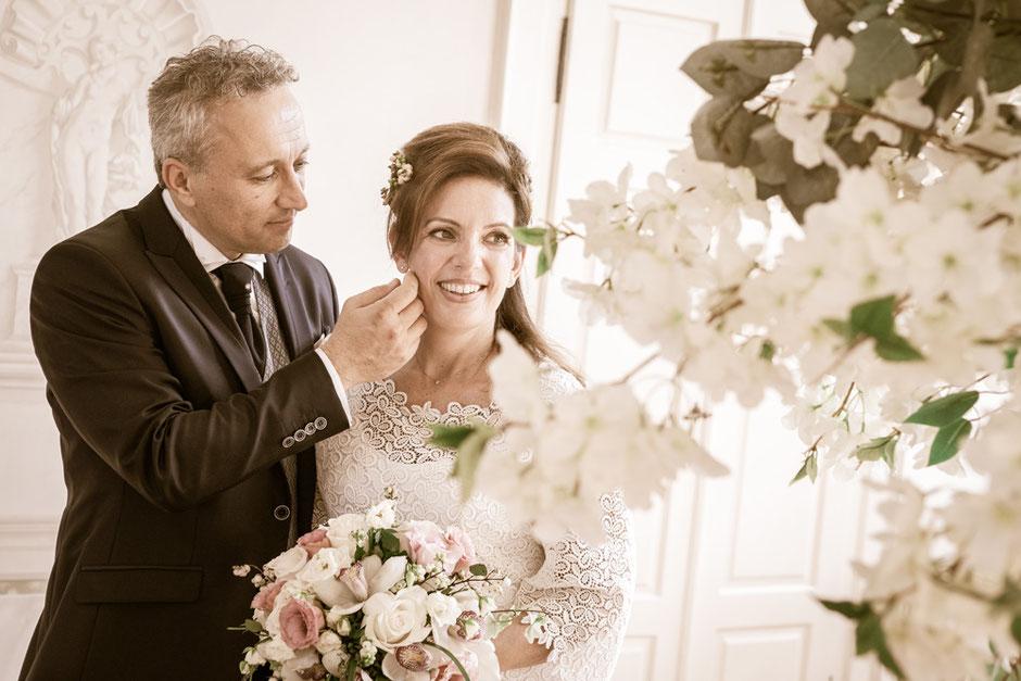 Foto di matrimonio d'inverno eseguita con la sola luce del lampione