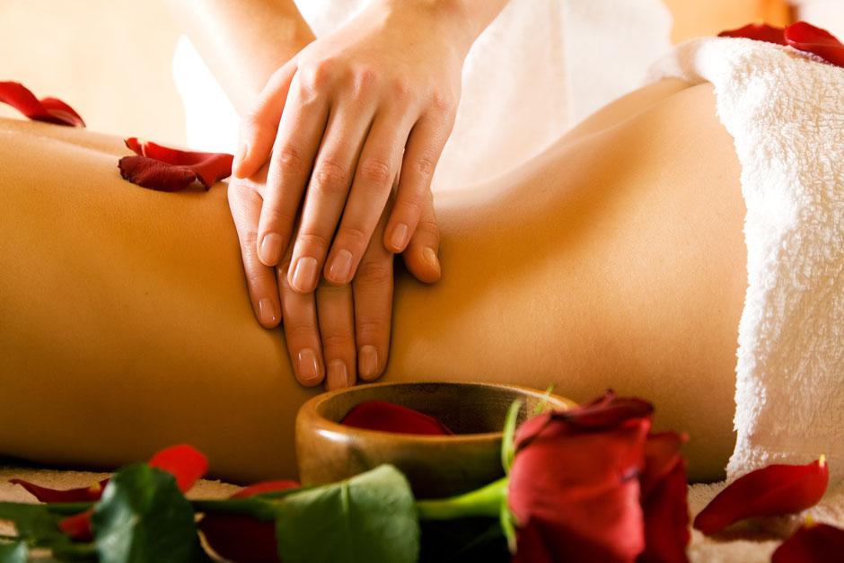Physiotherapeut-macht-bei-einer-Patientin-eine-Wellnessmassage