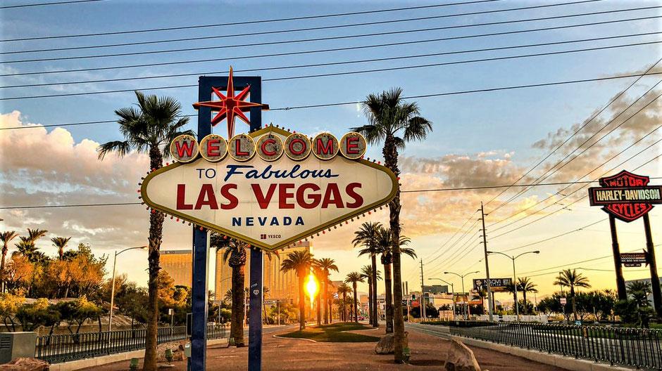 Südwesten USA Touren: Sonnenuntergang hinterm Fabulous Las Vegas Sign