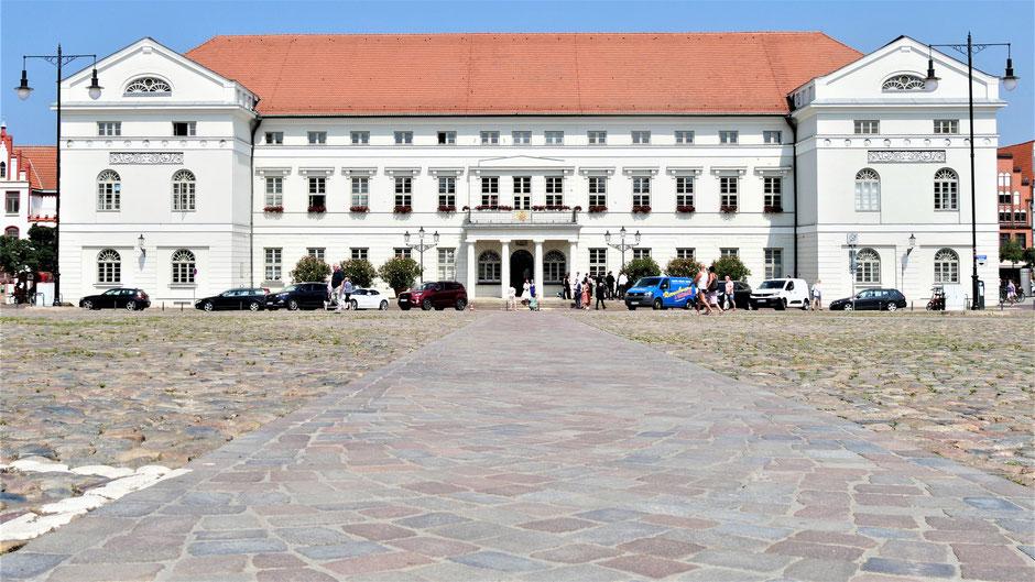 Wismar Sehenswürdigkeiten Rundgang: Der riesige Marktplatz mit dem klassizistischen Rathaus