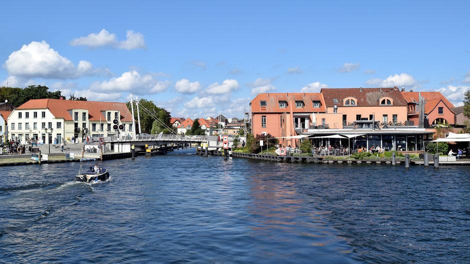 Eine der bekanntesten Sehenswürdigkeiten der Mecklenburger Seenplatte: Die Insel Malchow mit ihrer Drehbrücke