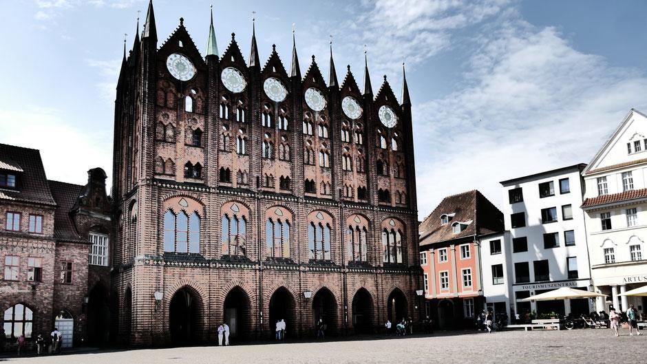 Stralsund Tipps: Die imposante Schaufassade des Rathauses