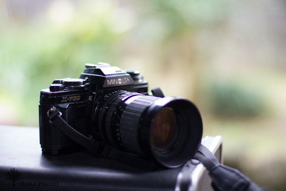 初めてのカメラ。手動でフィルムを巻き取る。間違えて裏蓋をあけると、撮った写真は感光して使えなくなる。