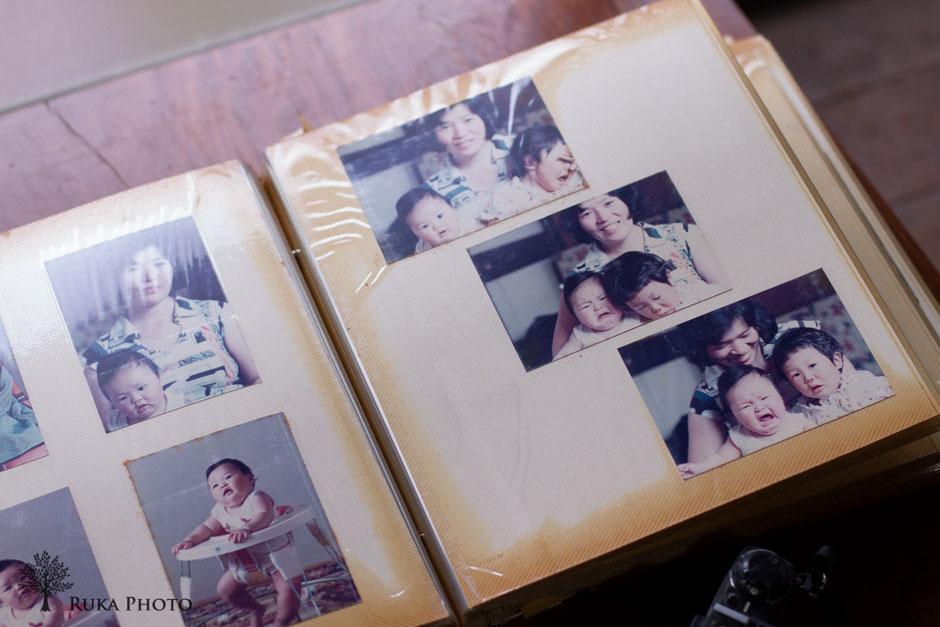 家族写真。泣いている私と、笑っている母と、この写真を並べて貼った父親の想いが、伝わってくる。