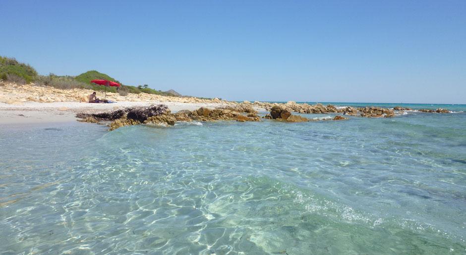 Wunderschöner, menschenleerer Strand mit glasklarem Meerwasser