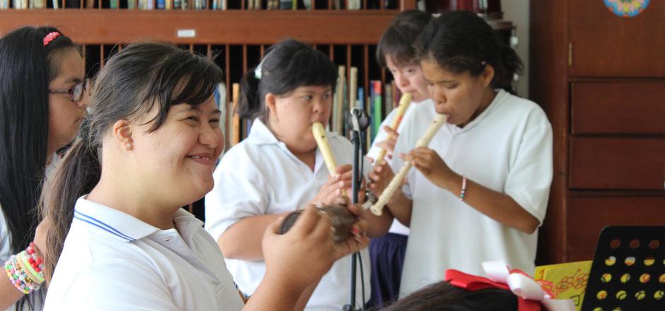 Mädchen der Fundación Amadeus beim Musikunterricht mit Unterstützung von Kolumbien direkt e.V.