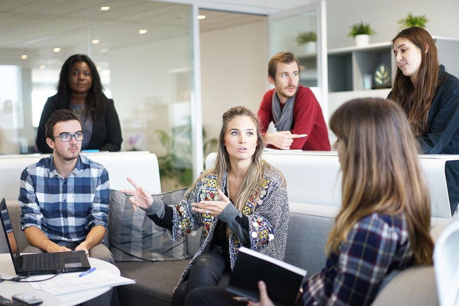 Privater Austausch mit Kollegen während der Mittagspause – gut für die Gesundheit aller Mitarbeiter