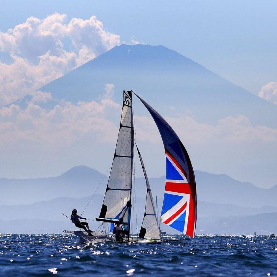 ~湘南・江の島沖で、レース前の練習をするセイリング競技のイギリスの選手~