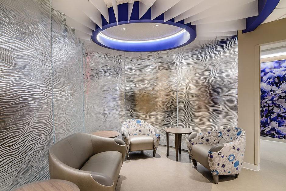 Der Wartebereich in der Klinik, abgetrennt von der Hektik des Klinik - aber nicht ausgeschlossen. Glaspaneele mit Struktur.