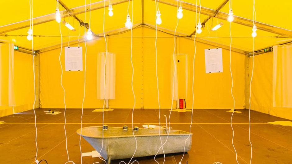 TRUGSCHLUSS BRAUSEBAD. Ortsspezifische Installation (2020 / trugschluss x Münchner Philharmoniker)